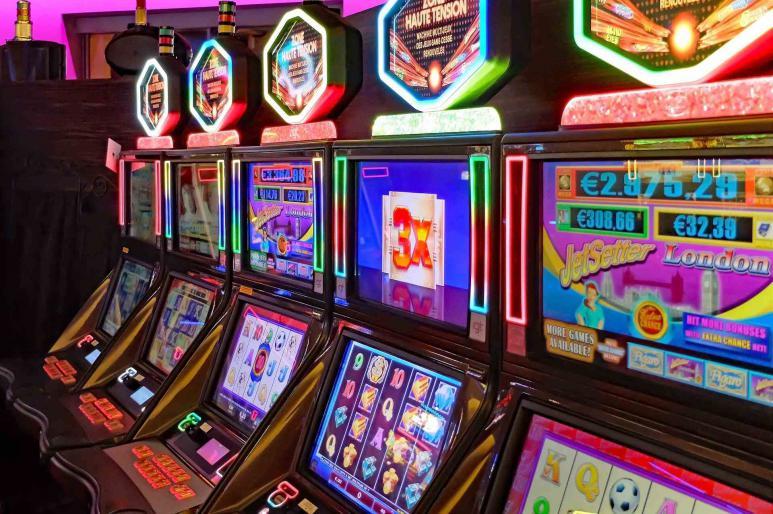 Ein Bild von mehreren leuchtenden Spielautomaten